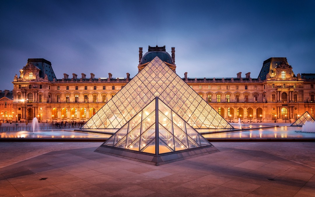 Louvre w backround building