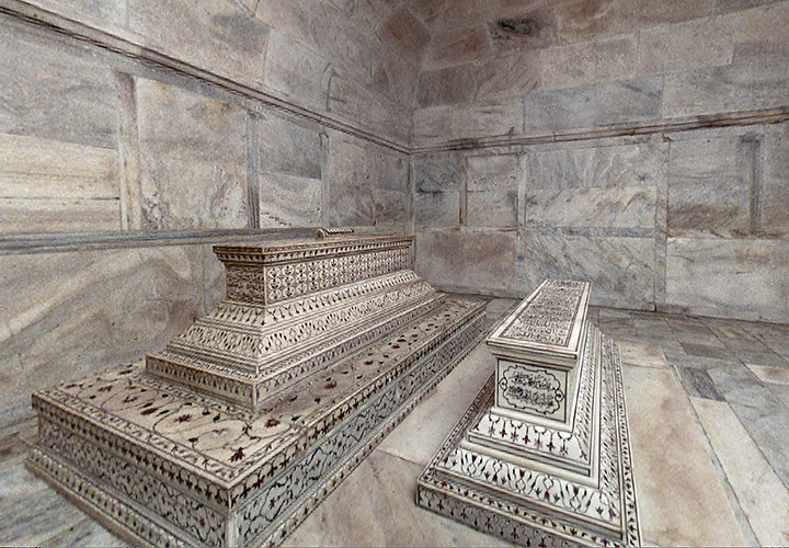 The actual tombs of Mumtaz Mahal and Shah Jahan in the lower level of Taj Mahal