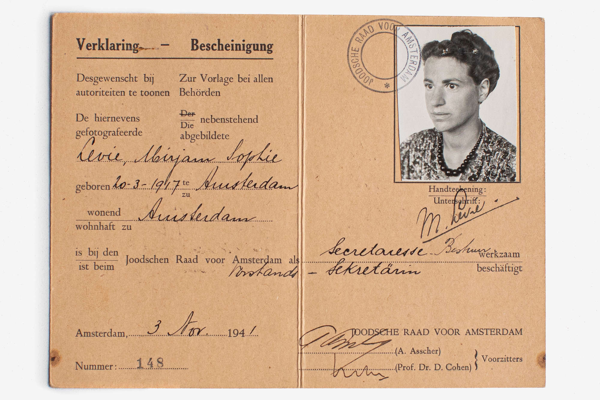 An identity card issued to Mirjam Bolle under her maiden name Mirjam Levie in November 1941