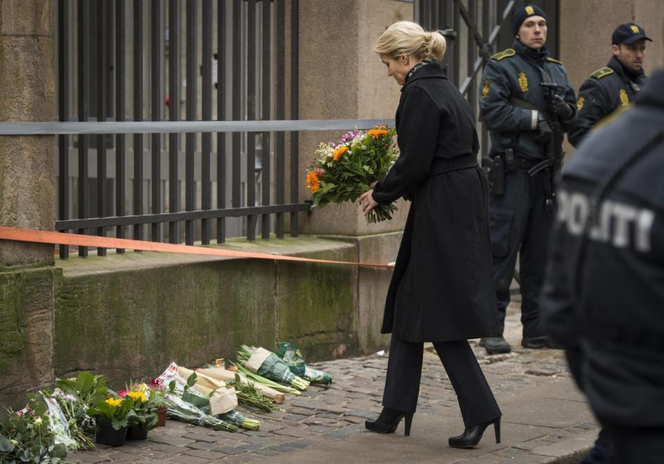 PM_Helle_Thorning-Schmidt_place_flowers_outside_synagogue_