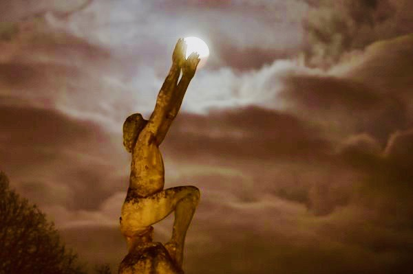 moon seen with Lenvol Statue in Le Mans France
