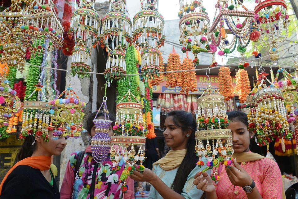 Indian Shoppers Look for Decorations