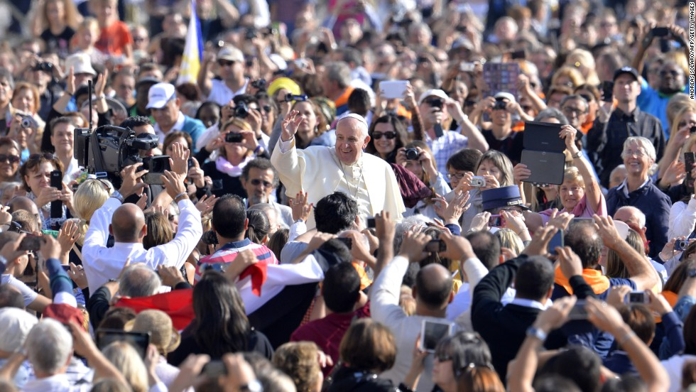 Pope_in_Middle_of_Crowd