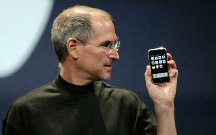 Tim Cook CEO Apple with iphone7